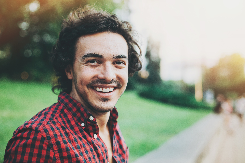 Homme naturel souriant